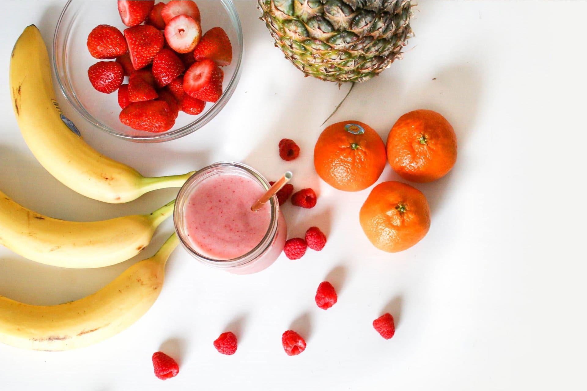 Piezas de fruta o smoothie para una merienda mediterránea