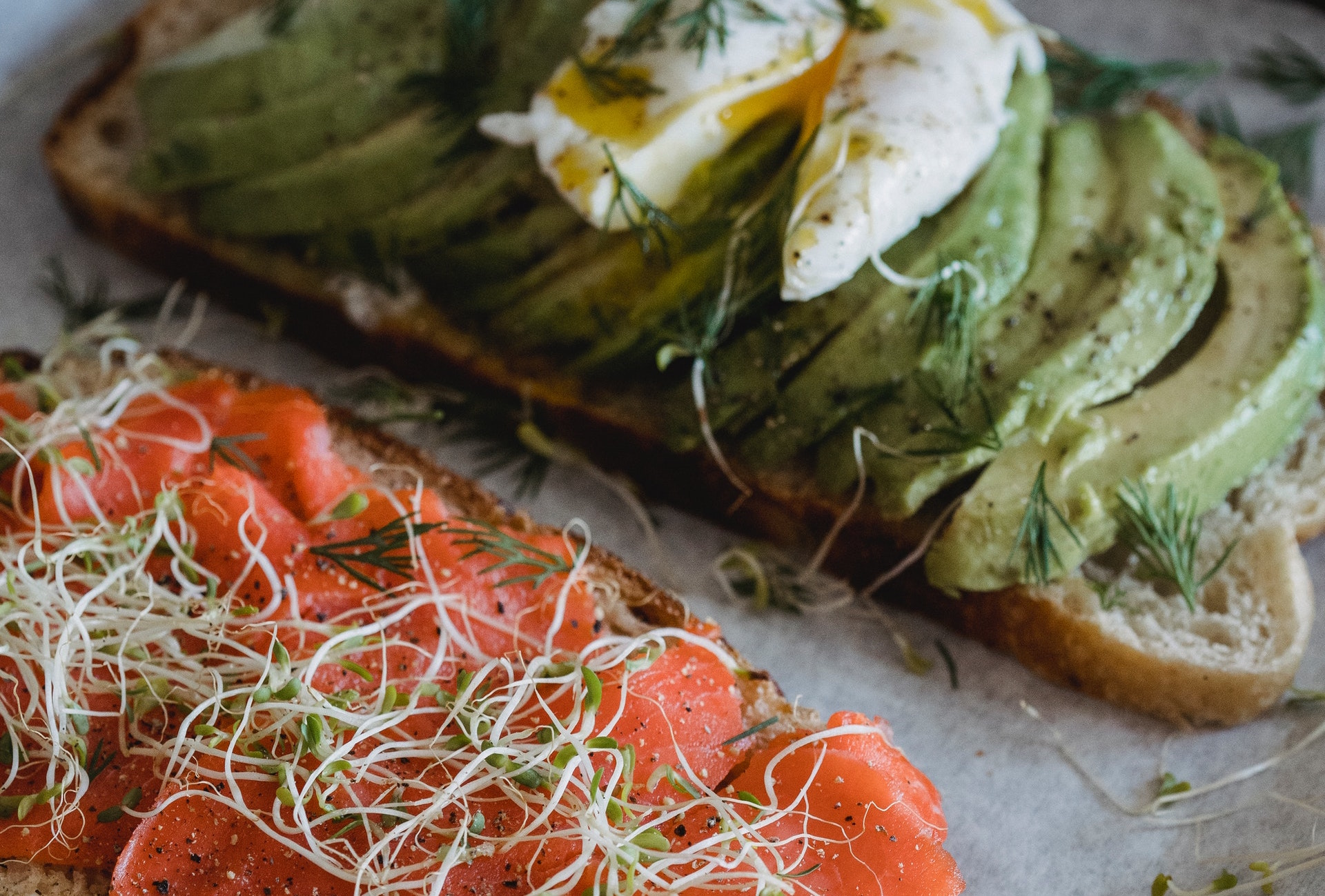 Tostadas de aguacate con huevo y salmón: alimentos con grasas saludables