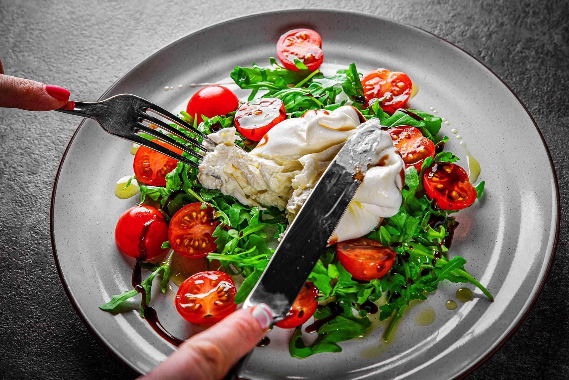 Receta de ensalada de burrata con tomates confitados