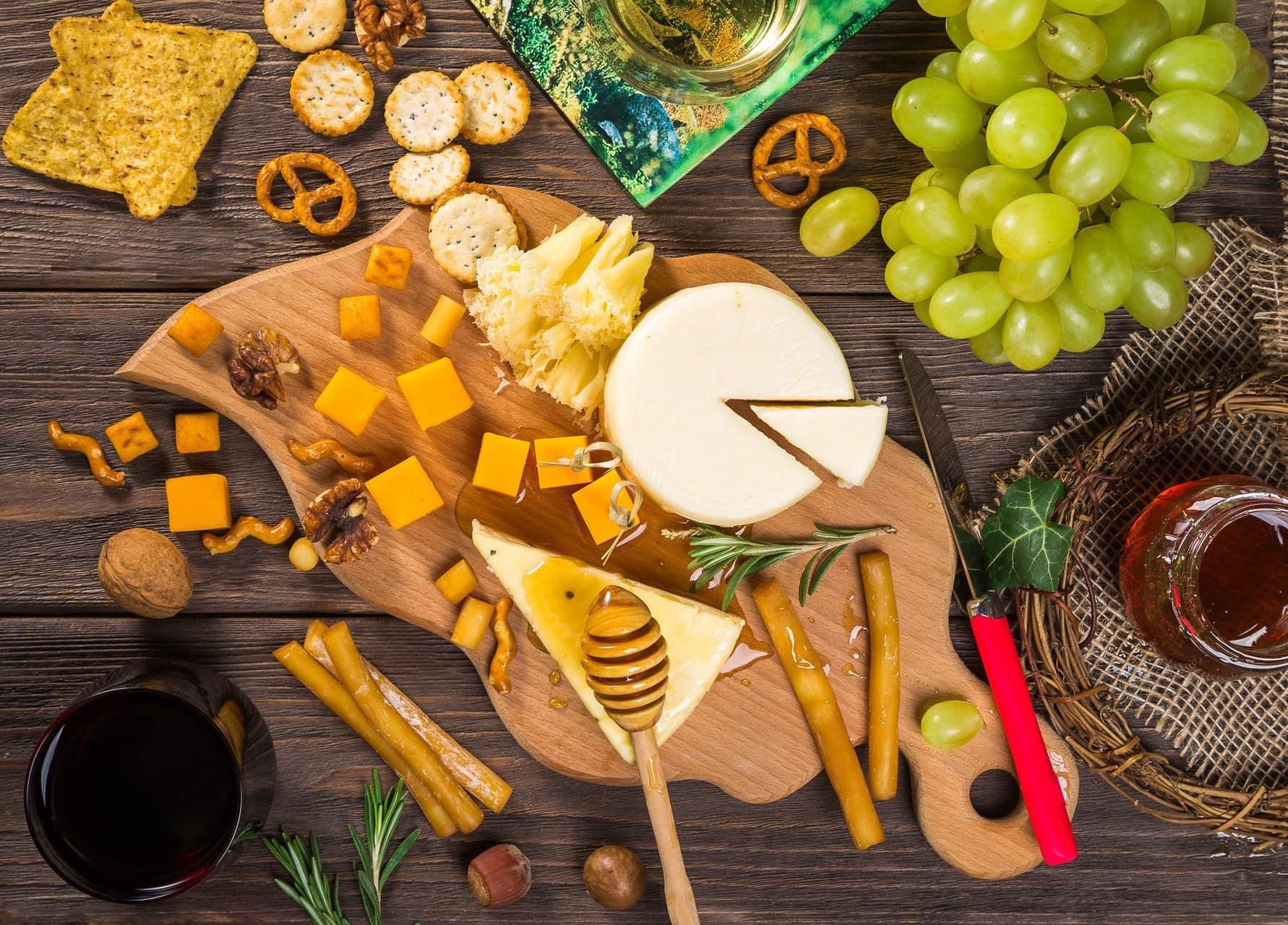 Käseplatte, Honig und Rotwein, spanische Gourmet-Produkte